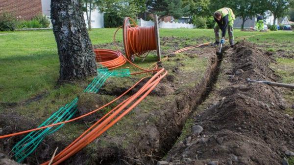 Gräver för fiber till villa