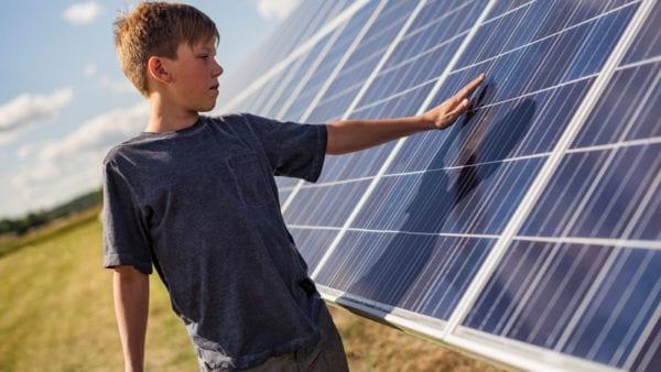 Pojke vid solceller