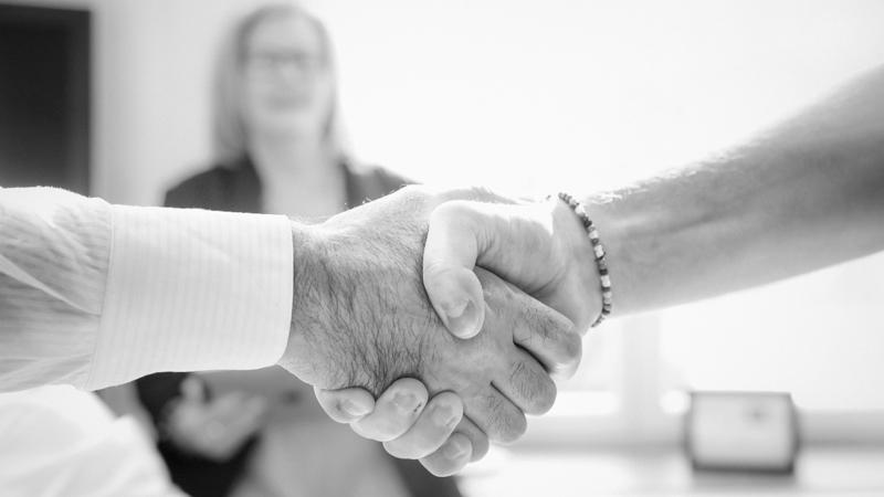 Skaka hand om nytt avtal